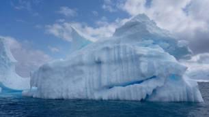 Profundos canales socavan un glaciar antártico como Florida