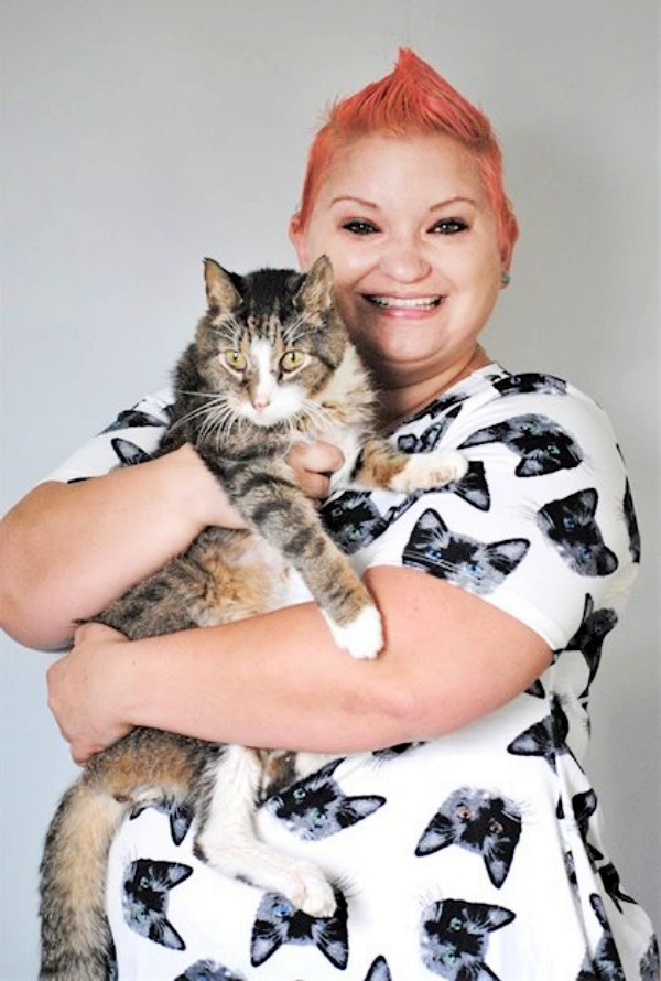 Laura, una estadounidense que habilitó una residencia para gatos en su propia casa (video)