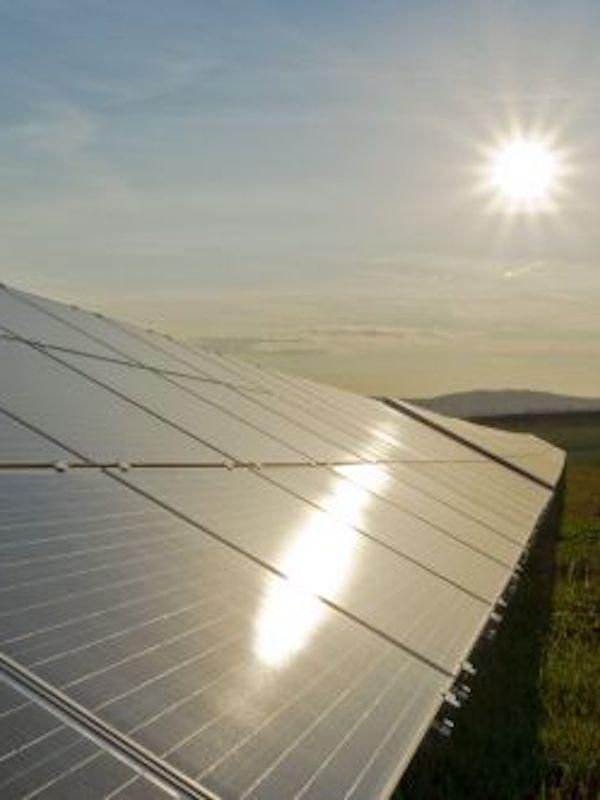 Endesa implanta un innovador proyecto de transición energética en los municipios donde construye sus plantas renovables