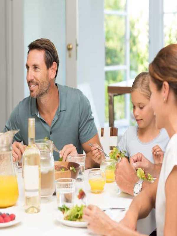 Comer en familia reduce la obesidad y favorece la salud en la adolescencia
