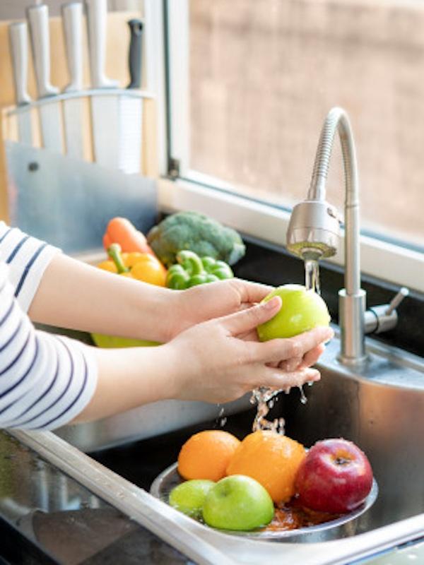 Solo con lavar la fruta y la verdura no es suficiente para eliminar los residuos de pesticidas