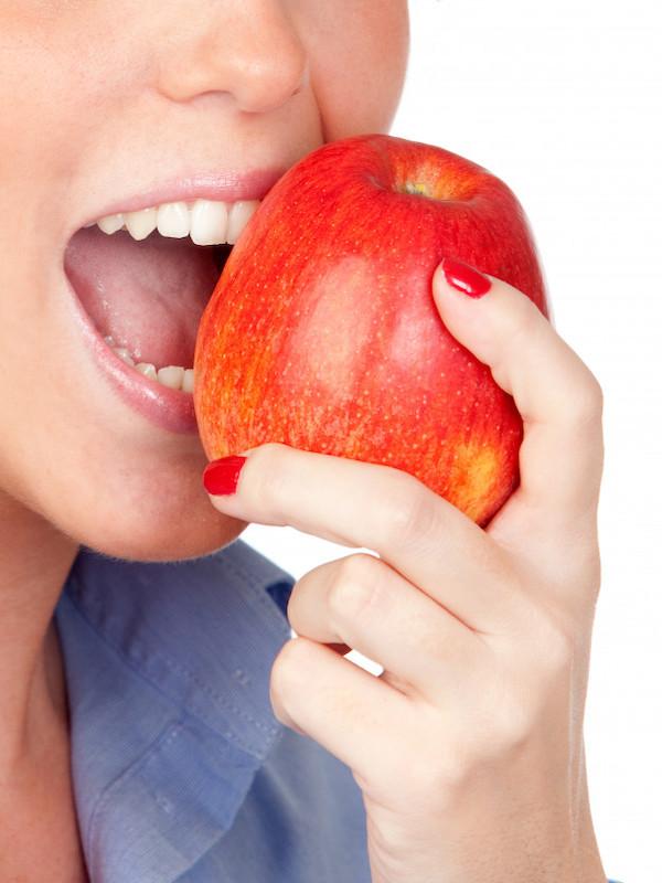 Para la salud de tu boca te contamos los alimentos que te perjudican más y los que menos