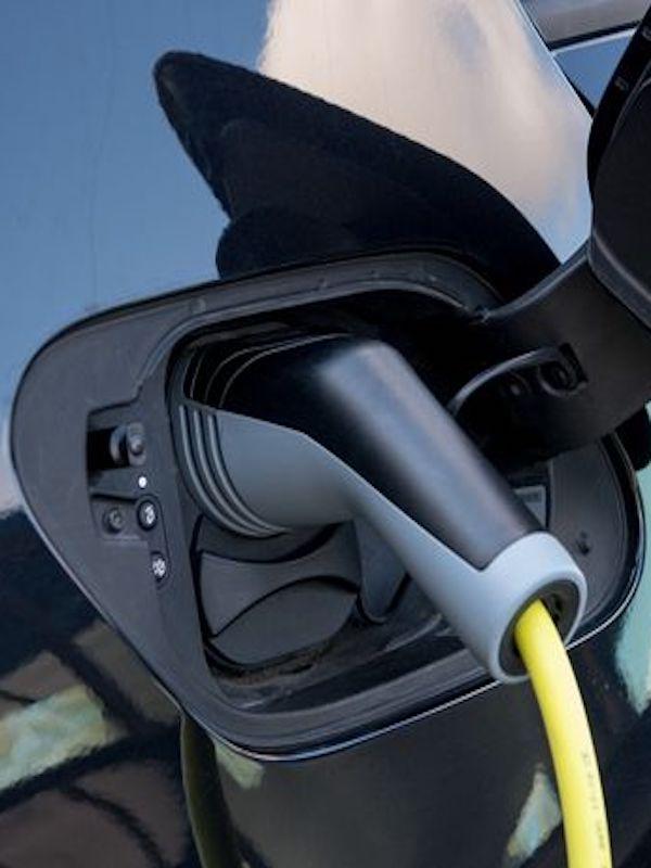 Las nuevas etiquetas de la DGT deben proteger a los coches eléctricos e híbridos enchufables