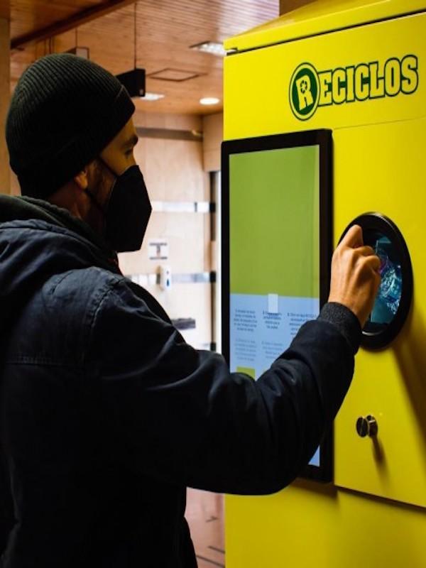 Nuevos premios por reciclar plástico: billetes de la EMT y bonos de Valenbisi