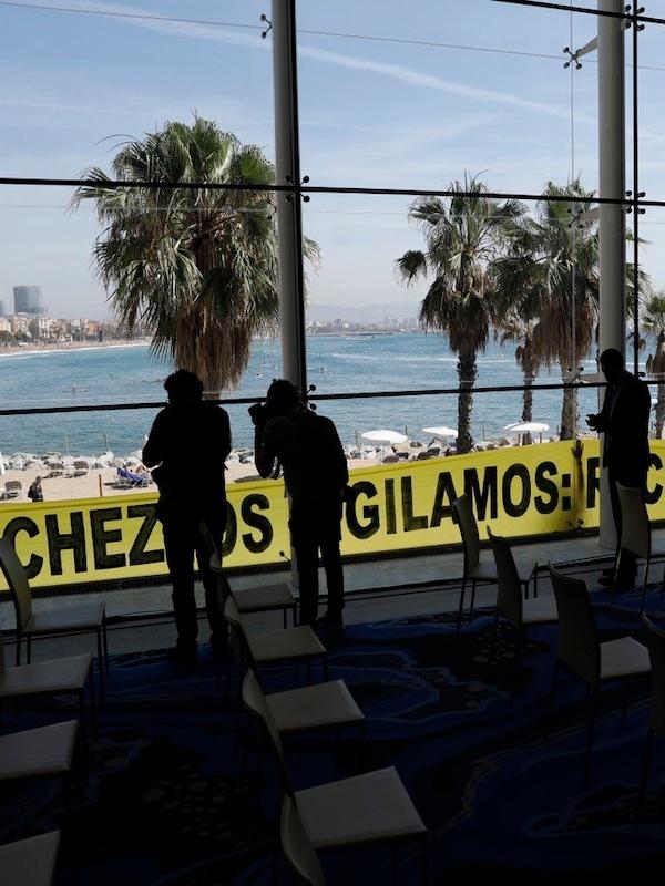 Pedro Sánchez es recibido por tierra, mar y aire por Greenpeace