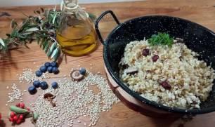 Delicioso plato de arroz integral frito con setas de la mano de 'El Cantero de Letur'