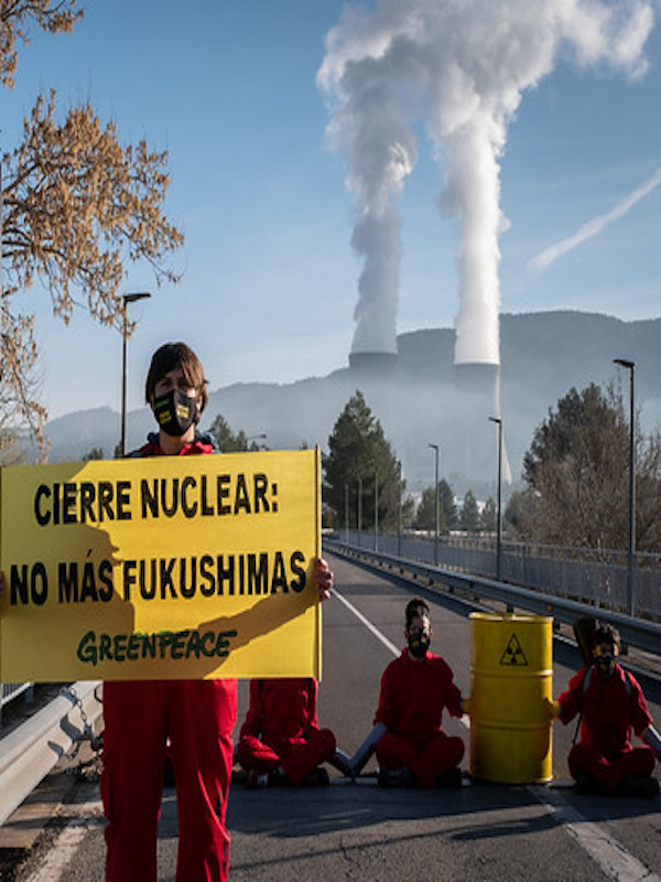 Greenpeace se encadena en el acceso a la central nuclear de Cofrentes
