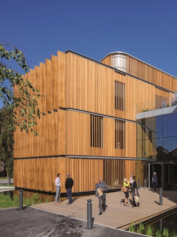 Edificio público de oficinas de madera ubicado en Valencia