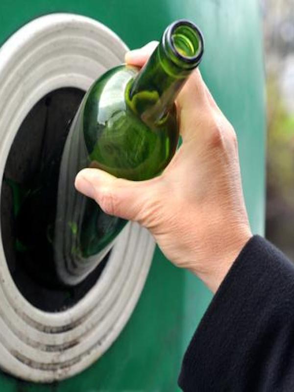 El Ayuntamiento de Málaga entrega más de 2.200 cubos de reciclaje de vidrio a hosteleros de forma gratuita