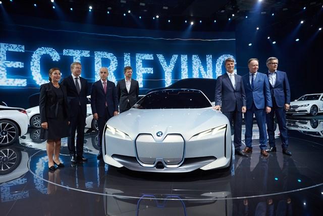 BMW contará con 25 modelos híbridos enchufables y eléctricos en 2025