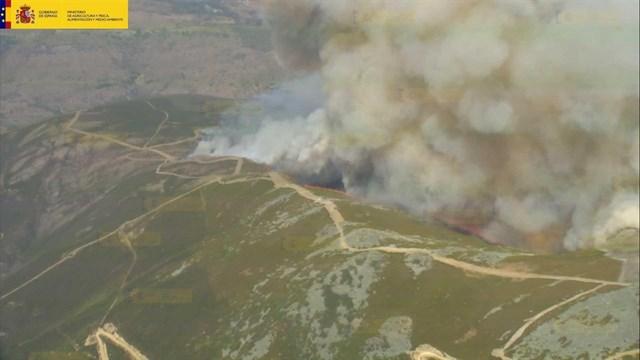Medio Ambiente envía 10 medios aéreos al incendio forestal declarado en Encinedo (León)