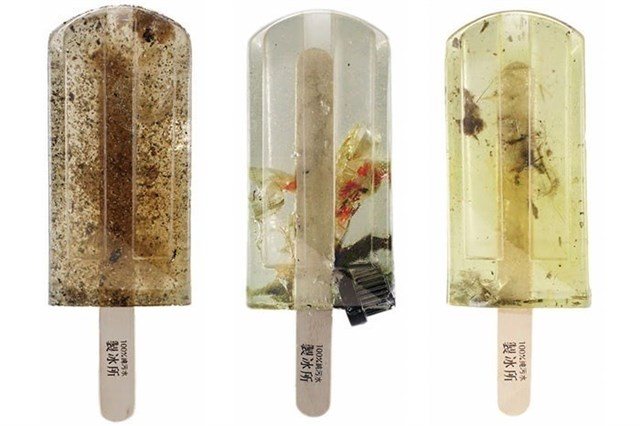 Paletas de helado con agua contaminada para crear conciencia