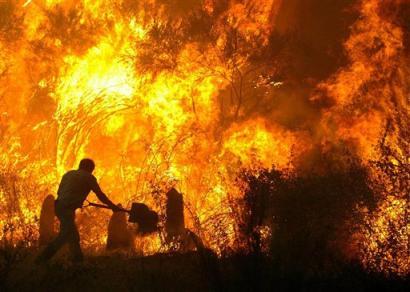 Controlado el incendio de una planta de reciclaje en el polígono industrial La Isla en Dos Hermanas