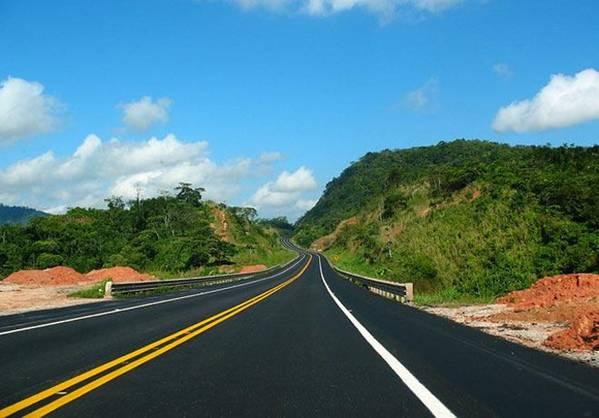 Cenizas procedentes del tratamiento de aguas residuales para construir carreteras