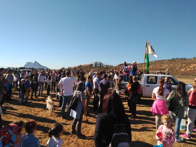 Ecologistas y familias participan en una reforestación de unos cuatro kilómetros de la Sierra Carbonera (Cádiz)