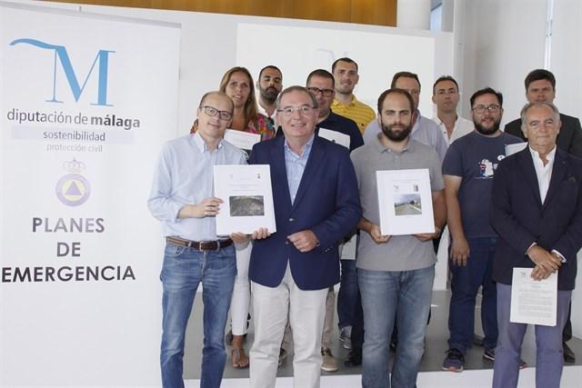 La Diputación de Málaga entrega a 13 municipios planes para emergencias, autoprotección y prevención de incendios forestales
