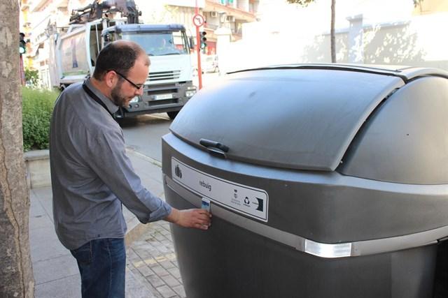 Mollet inicia una prueba piloto con chips en los contenedores para mejorar la recogida de residuos
