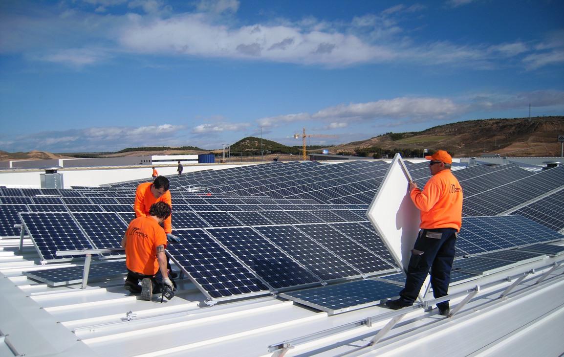 Valencianos y madrileños, los que más invierten en el mayor tejado solar de Navarra