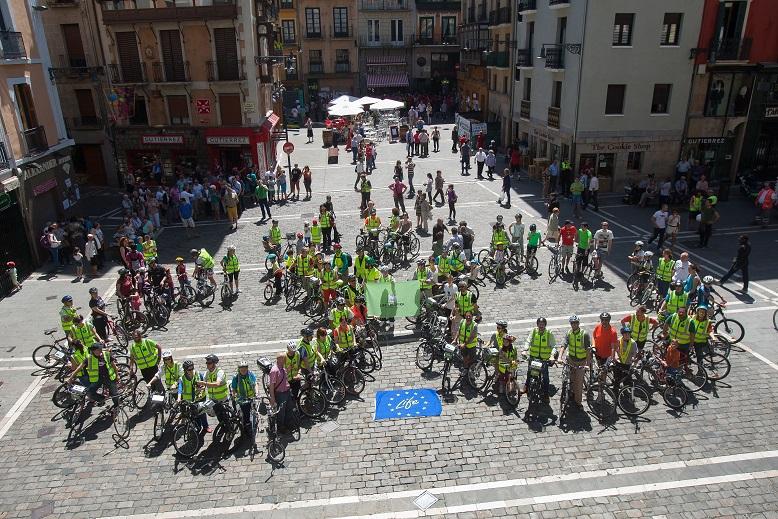 150 personas forman una gran bicicleta humana por la movilidad sostenible en Pamplona con LIFE+RESPIRA