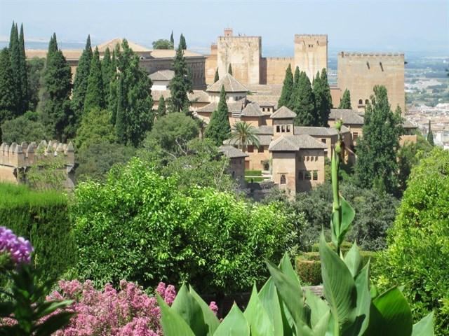 El humo de los coches y la quema de rastrojos dejan restos de hollín en la Alhambra de Granada