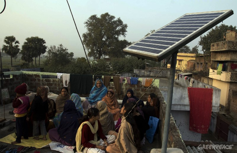 La potencia del sol ilumina Dharnai (India)