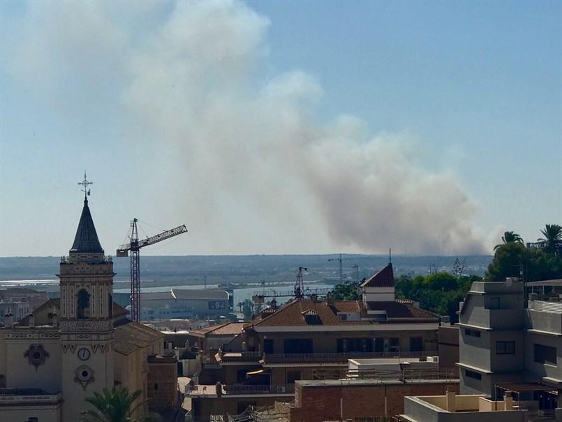 Medios aéreos y 50 bomberos forestales trabajan en la extinción de un incendio en Gibraleón