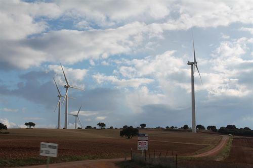 El Tribunal Constitucional admite a trámite los recursos de PSOE y Navarra contra el recorte a las energías renovables