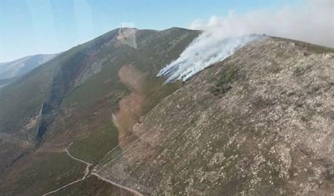 El incendio en El Ronquillo (Sevilla) sigue activo y las primeras pistas apuntan a que es intencionado