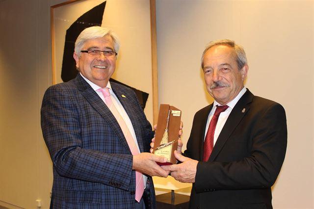 Oviedo recibe el premio 'Escoba de Platino 2016'