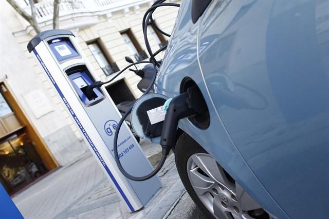 Climent fija como objetivo para 2030 que el 25% de los vehículos de la Comunitat sean eléctricos