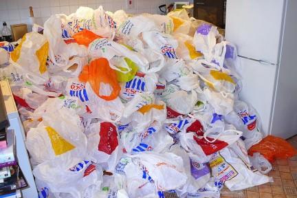 Cataluña renueva el pacto para reducir el uso de bolsas de plástico