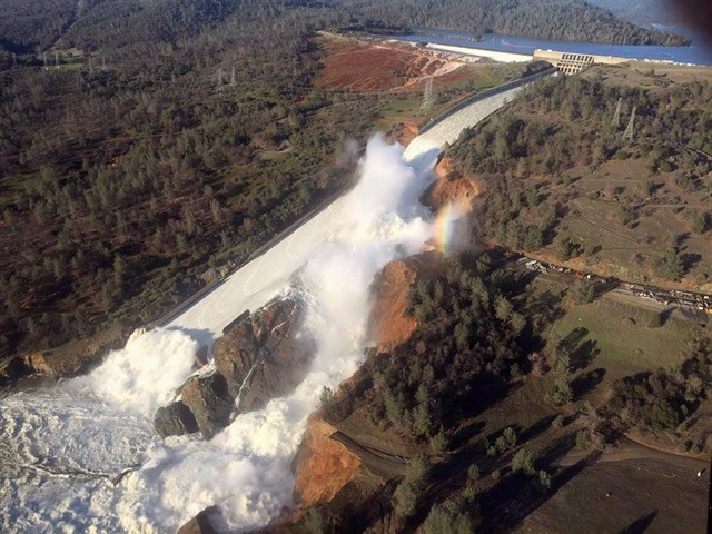 Estados Unidos, miles de evacuados mientras siguen los trabajos para contener la presa de Oroville