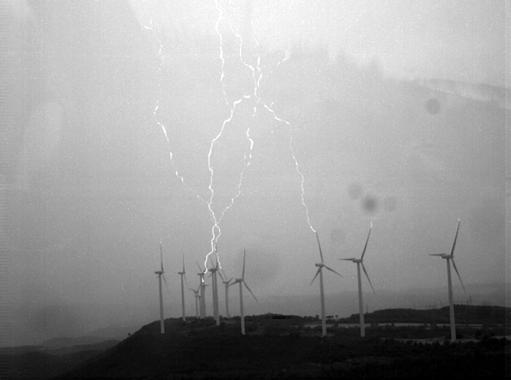 Los rayos y las turbinas de los aerogeneradores de los parques eólicos