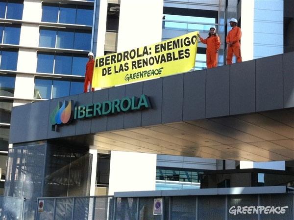 Greenpeace señala a Iberdrola como enemigo de las renovables en su propia sede