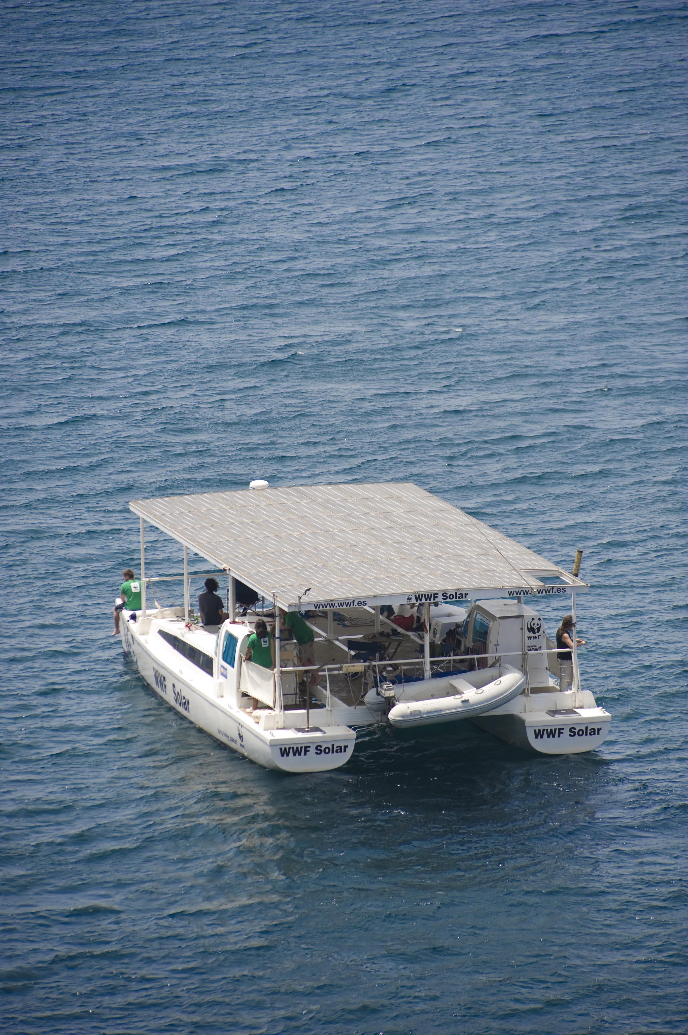 El catamarán de WWF llega a Valencia  impulsado por el sol y sin emitir CO2