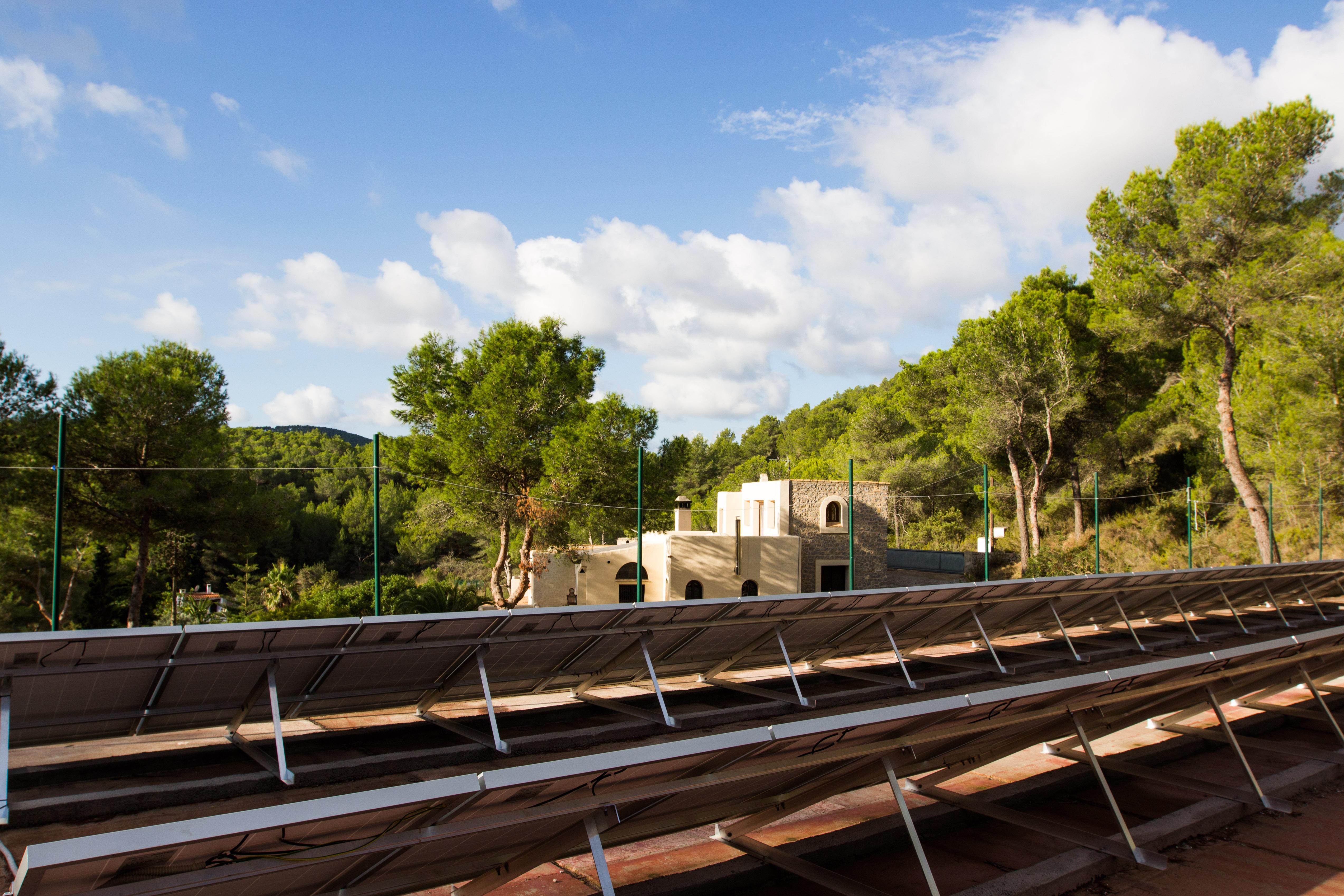 80 módulos fotovoltaicos generando electricidad gratis en Ibiza