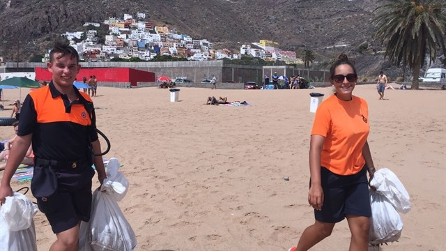 Recogen 200 kilos de basura del fondo de la playa de Las Teresitas
