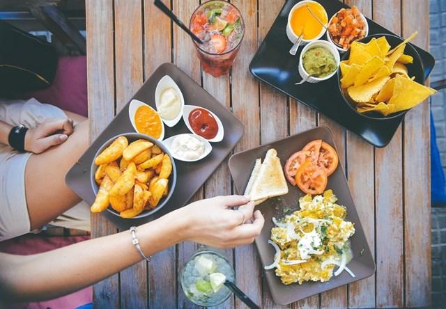 Cenar tarde podría provocar cáncer de piel a largo plazo