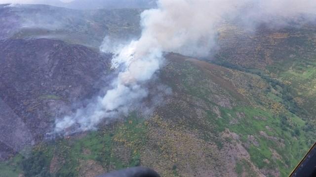 Un incendio provocado por un rayo permanece activo en Montrondo (León) tras calcinar 70 hectáreas de matorral