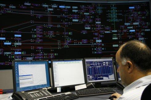 Especialista en el coche eléctrico visita el Centro de Control de Energías Renovables de REE