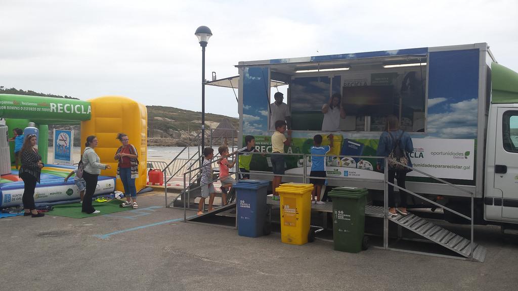 Los usuarios de las playas de Almieiras, en Fene, y Doniños, en Ferrol, recibirán clases de reciclaje