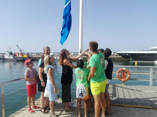 El puerto de Mazagón luce la bandera azul concedida por su gestión y calidad medioambiental