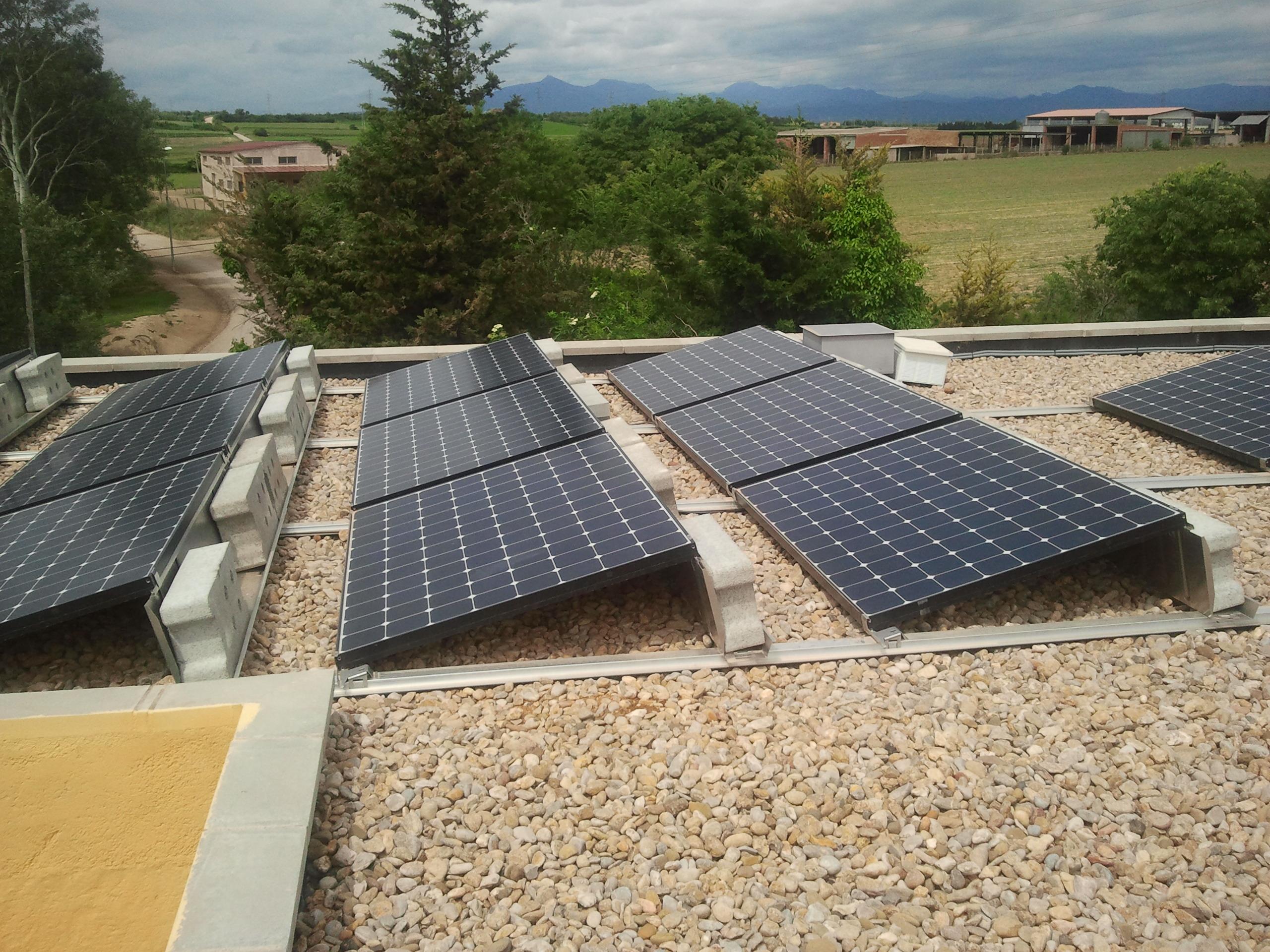 Empordà Solar pone en funcionamiento una instalación trifásica para autoconsumo instantáneo en vivienda.