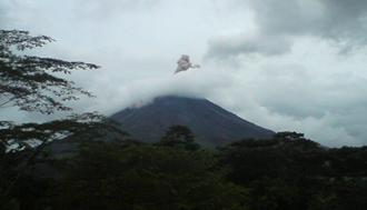 Investigan la deformación de la pared oeste del volcán Arenal