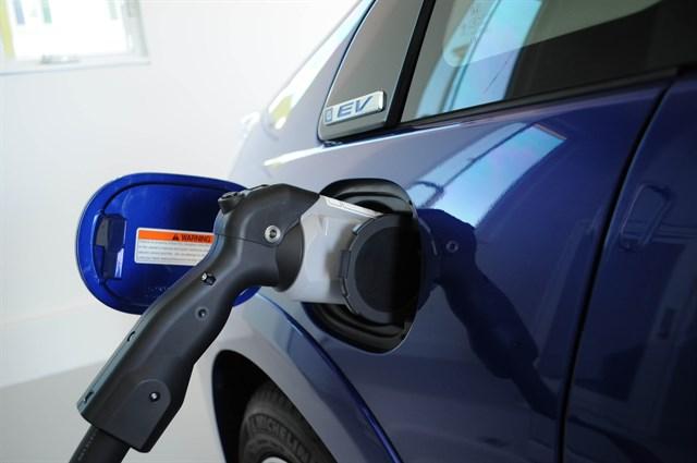 Las ventas de vehículos eléctricos se duplicarán en 2017, mientras que los diésel caerán un 8%