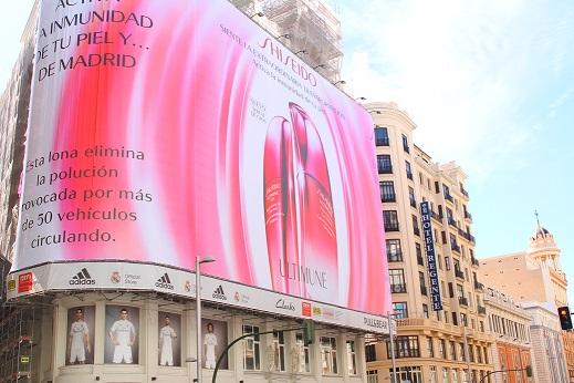 Se despliega la primera lona que elimina la contaminación en el centro de Madrid