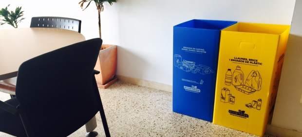 Cort y Emaya distribuyen papeleras de reciclaje en oficinas y dependencias municipales
