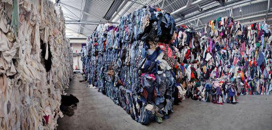 Científicos investigan cómo reciclar la ropa para reducir los residuos y la contaminación