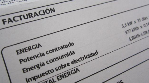 Catorce asociaciones de energías renovables solicitan sacar las primas de la parte regulada del recibo de la luz