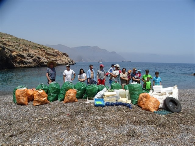 Voluntarios de ANSE limpian el litoral protegido de la Muela-Cabo Tiñoso